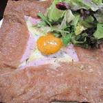 LeBRETON -  ガレット・コンプレートと呼ばれる、一番ポピュラーなハム・玉子・チーズ入りそば粉クレープ。
