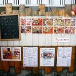 カフェ・ココロ - 壁には写真付きで沢山の料理が写っています。これを見ていると、どれも食べたくなっちゃうんですよね。美味しそうです。