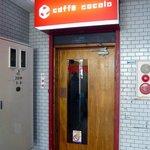 カフェ・ココロ - ビルの中の入口です。ドアは自分で開けるタイプです。木のドアで一部中が見えるようになっています。さあ、入店しましょう。