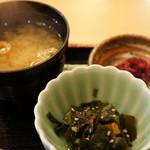 さんのみや 三ッ輪 -  わかめの酢の物、焼穴子、きゅうりが入っています、味噌汁は、わかめお麩、豆腐。香の物は柴漬け