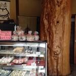 櫻園 - お店のセンターにものすごく太い木の幹があります