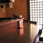 奈良うどん ふく徳 - 店内はカウンター席と6人用テーブル 4人用テーブル
