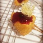 串屋 -  カマンベールのブルーベリーソースがけ