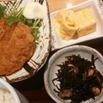 蕎麦酒房 本枯 - 主菜はジューシーメンチカツ・小鉢は出巻き・ヒジキの煮物