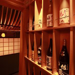 のど黒屋 - 店内入り口には本格焼酎・果実酒がずらりと並ぶ。