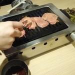 大阪焼肉・ホルモン ふたご -  「のり」ちゃんがタン塩を焼くの巻