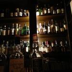 ショットバー タウザー - そびえるボトルの壁