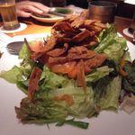 玄 - 揚げごぼうとスモークサーモンのグリーンサラダ