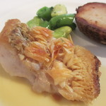 アルカション - 料理写真: 甘鯛のウロコ焼き 里芋のコンフィ、スナックエンドウ、空豆