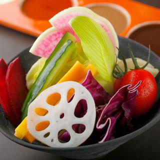 日本全国から取り寄せられた、四季折々の新鮮食材