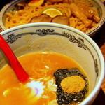 麺や六三六 - 濃厚なスープが極太麺にからむ