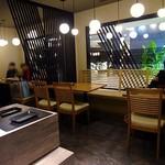 前川 - 落ち着いた雰囲気の店内