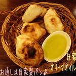 27664452 - お通し(459円)は自家製パン!?釜焼きなのか生地の美味しいシンプルなパンで自家製オリーブオイルも美味しかった♪