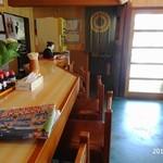 小石屋 -  入口とカウンター席  右手の範囲外にはテーブル席が並びます
