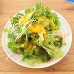 ザ タイムズ カフェ - ランチに付くサラダ(人参ドレッシング)。野菜たっぷりは嬉しい