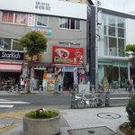 元祖アイスドッグ - 三角公園から見た店舗