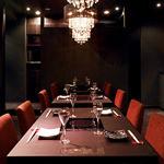 シャブリーゼ -  盛り上がれるメインフロアのテーブル席には、シャンデリアが輝きゆったりとした空間になっています。