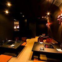 シャブリーゼ -  12名様までご利用頂ける個室は、会社の飲み会や重要な接待に重宝。ベランダ席につながる秘密の扉もあります。
