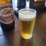 柳橋 こだに -  ビールをグラスに注いで、卓上調味料をバックに~