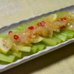 九龍城飯店  - シャキシャキのセロリの上に酢ものクラゲ、セロリの香りともに異色な触感を出している