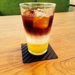 いとカフェ -  アイスカフェオレンジ。オレンジの爽やかな果汁とミルクとアイスコーヒーのハーモニーが新鮮!!