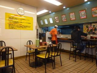 九州ラーメン 桜島 京王店 - 晩御飯には少し早かったのですが、お客さん結構いましたよ