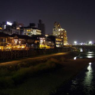 鴨川を見下ろす絶景の寛ぎ空間で、食事が堪能できます
