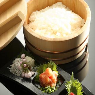"""新潟県魚沼産コシヒカリを""""越後の天然水""""で炊き上げています。"""