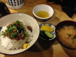 大阪屋 -  ご飯、みそ汁、漬け物、ご飯の上に納豆が直接のっています。