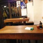 しむ -  カウンター席・テーブル3卓・奥には小さな座敷があります。