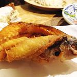 しむ -  ボリューム的に沖縄の県魚グルクン(タカサゴ)の唐揚げを注文しました。       バリバリ骨ごと頂きました~♪