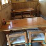 竹松うどん店 -  入ってすぐのテーブル席