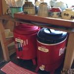 竹松うどん店 -  セルフの熱いお茶と冷たい水