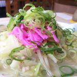 あっぱれ食堂 -  チャンポン700円。パッと見は美しい! 頂には、ピンクカマボコと葱。