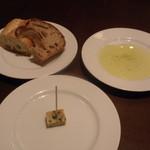 27770339 -  ジャガイモとピーマンのパテとパン;オリーブオイル(もしくはバター)が付きます