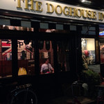 ザ ドッグハウスイン - 本格的な英国パブの店構え。