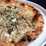 じゃんけんぽん - 料理写真: きのこのピザ。きのこなどの具がたっぷりと載っていました。