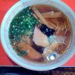 中華そば 浪花 - 醤油ラーメン(700円)・・・ラードが多いのが、特徴的! スープ熱々で、味は好みが分かれるかも! 縮れ麺は、細麺多加水で、歯応えバッチリ!