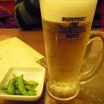餃子小舎 - 生ビール(サントリー・プレミアムモルツ)(480円)とお通しの枝豆