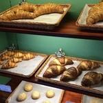 ベーカリー ウェールズ -  緑色の壁がイギリスな感じでパンも美味しそう