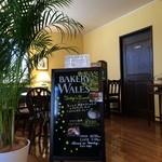 ベーカリー ウェールズ -  飲食できるコーナーはソファもありゆっくりできます