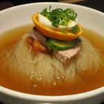 一龍 - 名物の冷麺は 鶏骨スープでアッサリでコクのある味