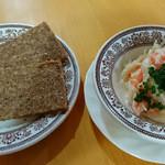 シーキャッスル -  セット料理についてくるライ麦パンとコールスローサラダ