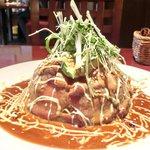 ビストロ ラフ - ラフ丼(中) 1100円 の山盛りご飯を薄く広い鮪で覆いアボカド、濃いタレ、マヨネーズでトッピング
