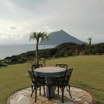 グリーンポスト -  芝生のテラス席 180度広がる八丈ブルーの海と空