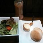 27788653 - ランチセットのパン、サラダ、ドリンク。