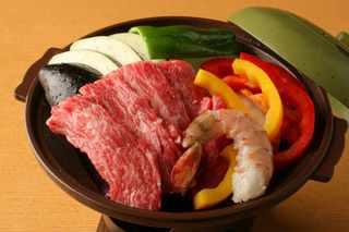升亀 - 牛カルビと海老と夏野菜の陶板焼き