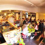 マドッシュ!カフェ -  店内はキャットストリートを愛する皆さんの活気であふれています