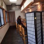京音彩 - 入り口から見たカウンター席の様子。