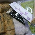 京都北野 煉屋八兵衛 -  箱を開けると2種類のわらび餅と黒蜜・きな粉・抹茶が袋に入っていました。